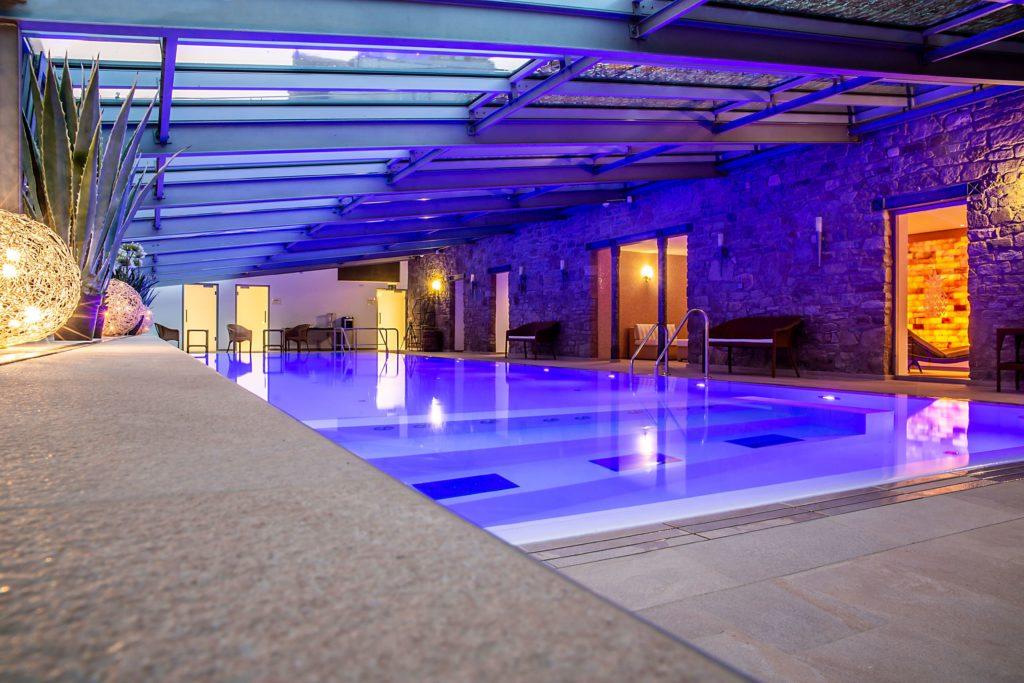 SPA-Pool-Schlosshotel-Muenchhausen-am-Abend