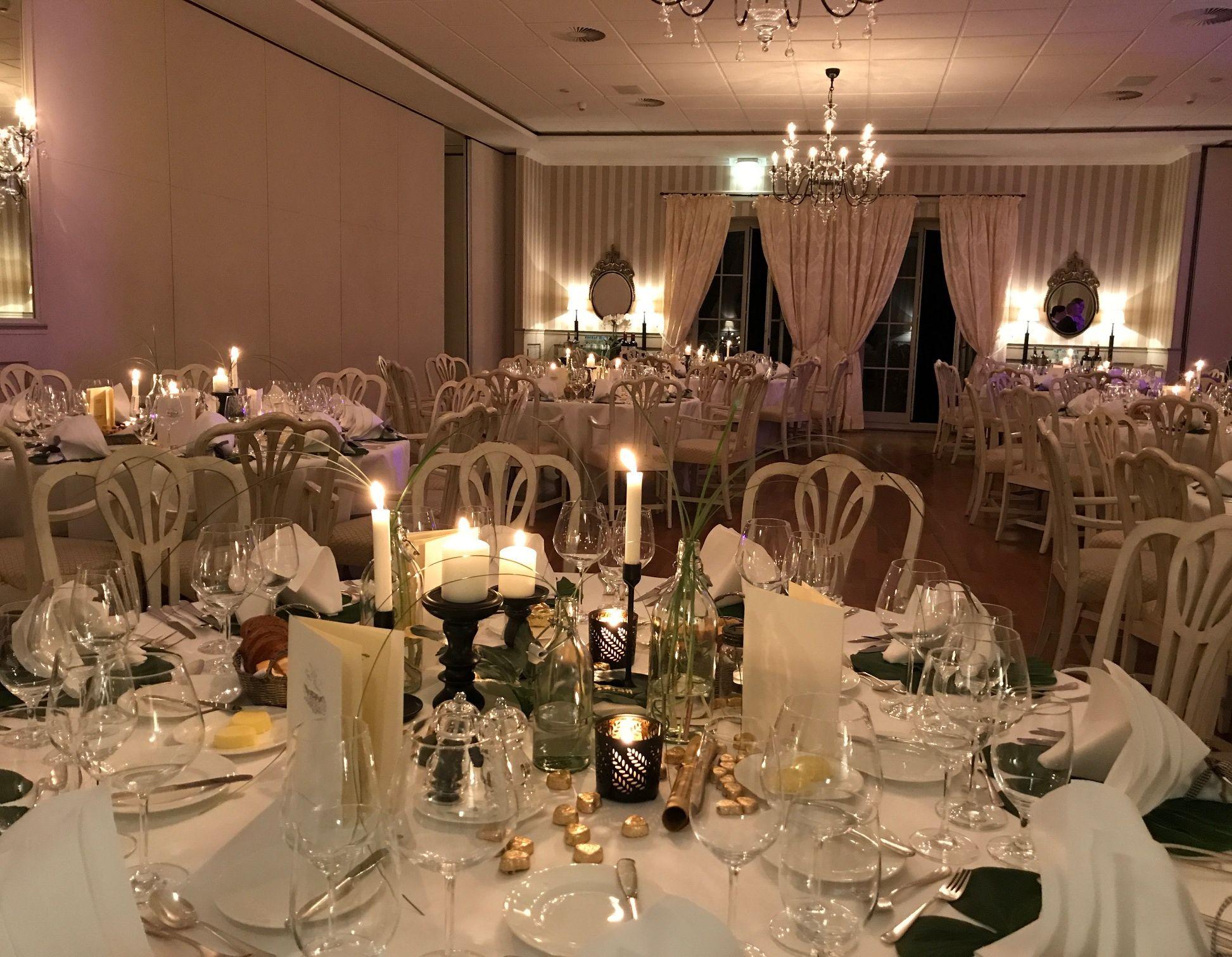 Feiern-Festsaal-runde-Tische-Hochzeit