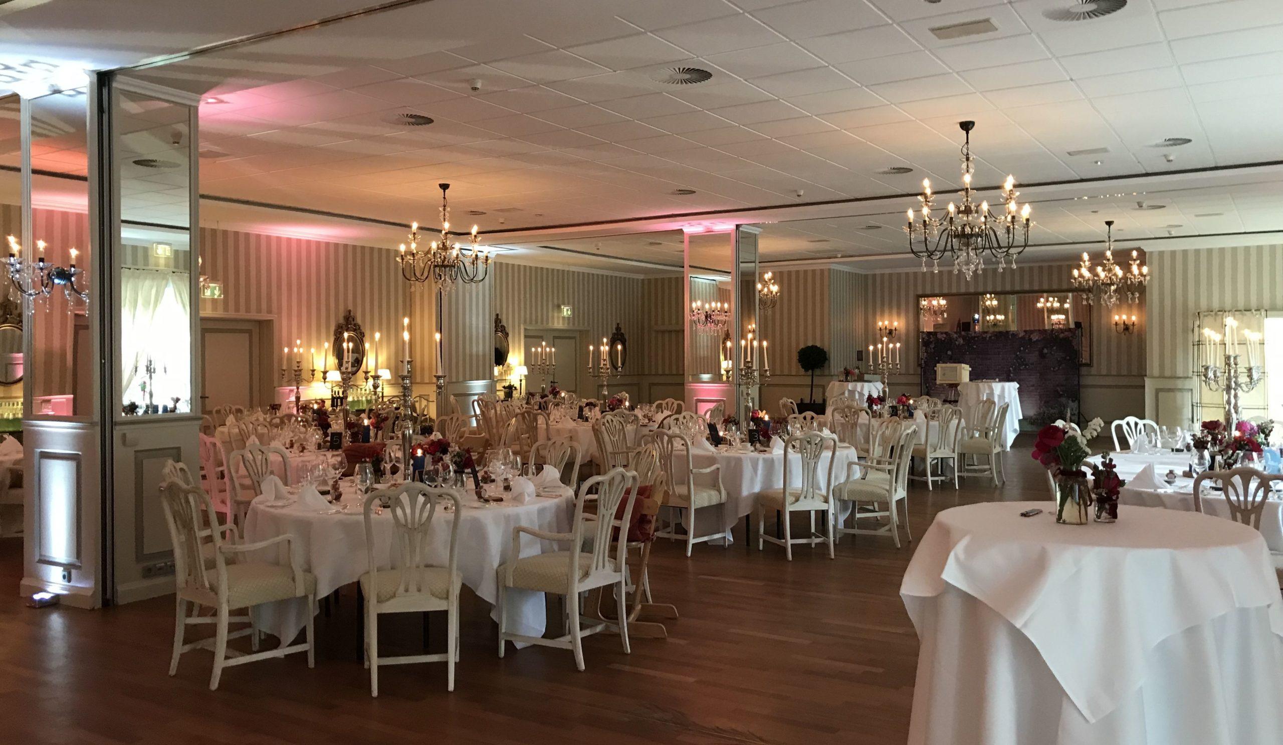 Feiern-Festsaal-runde-Tische-Rosen